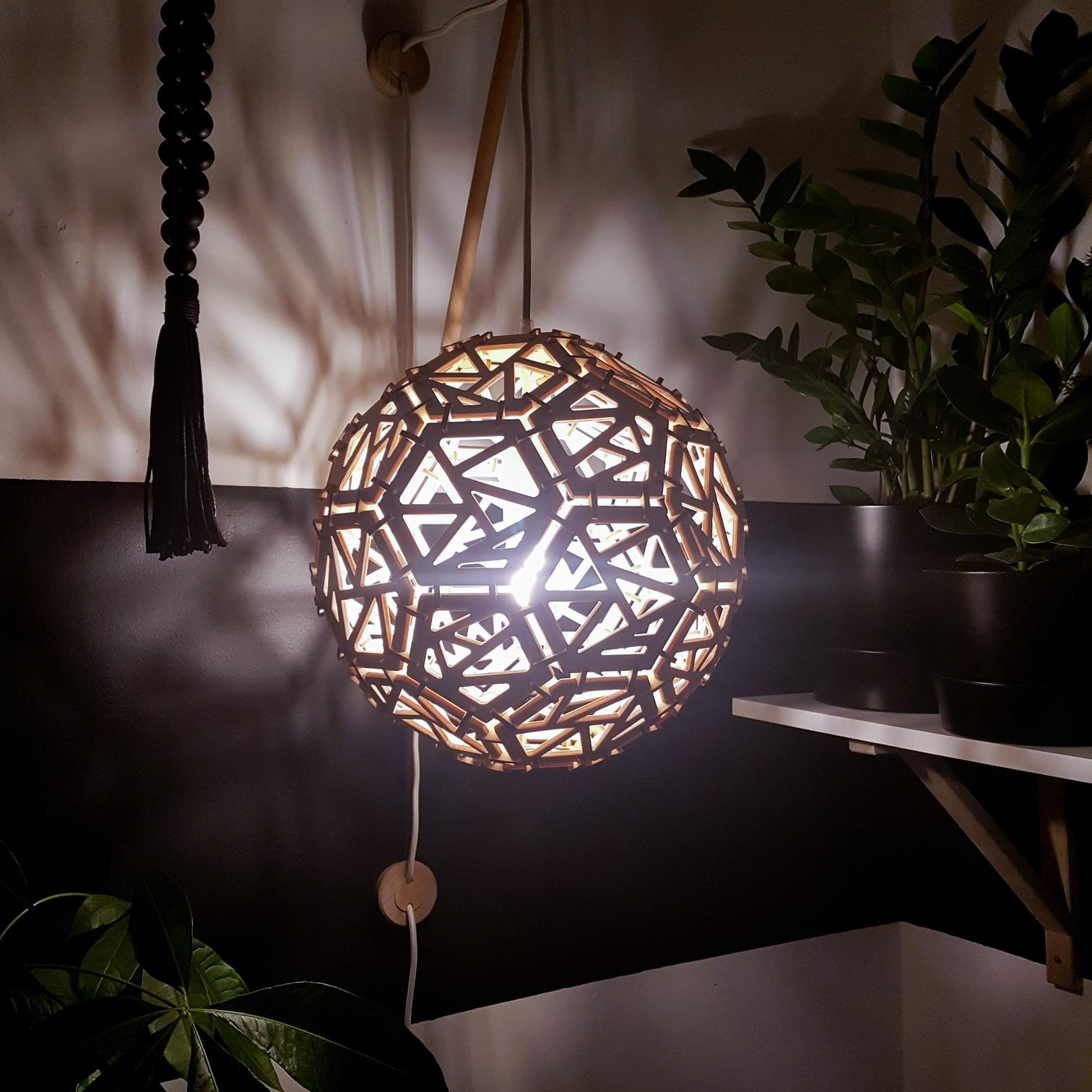 drewniana lampa w kształcie kuli